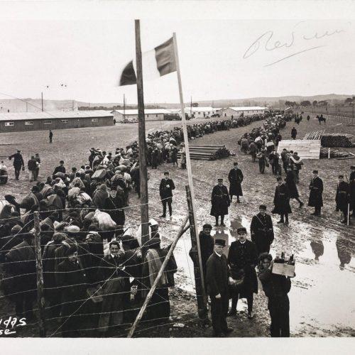 Camp de Bram (Aude), 1939 : colonne de réfugiés.