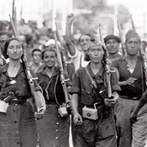 La guerre civile en Espagne.Homme et femmes de la milice défilant dans les rues espagnoles, en juillet 1936.