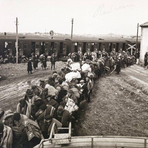 Une colonne de réfugiés dans le camp de Bram (Aude), en 1939